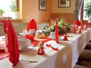 Ein Restaurant oder anderes Speiselokal in der Unterkunft Landhotel Alt-Jocketa