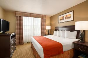 A bed or beds in a room at Country Inn & Suites by Radisson, Bountiful, UT