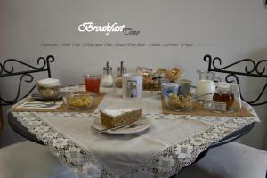 Breakfast options available to guests at Nughe 'e' Oro Guesthouse