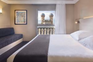 A bed or beds in a room at Hotel Serhs Rivoli Rambla
