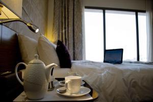 سرير أو أسرّة في غرفة في فندق جولدن توليب الدمام الكورنيش