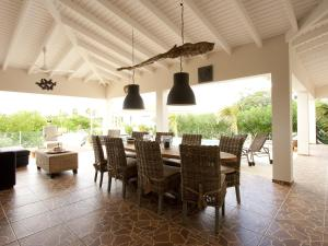 A restaurant or other place to eat at Casa Calida