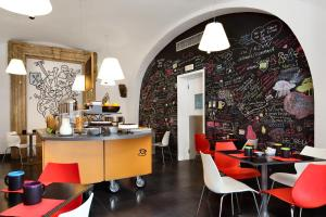 A restaurant or other place to eat at Hotel Piazza Bellini & Apartments