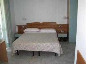 A bed or beds in a room at Hotel Corallo