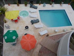 Ein Blick auf den Pool von der Unterkunft Castillo Romano oder aus der Nähe