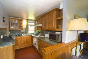 A kitchen or kitchenette at Lagnakeil Highland Lodges