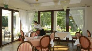 Restauracja lub miejsce do jedzenia w obiekcie Dwór Kombornia Hotel&SPA
