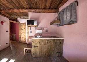 A kitchen or kitchenette at Agriturismo Rivet d'Or