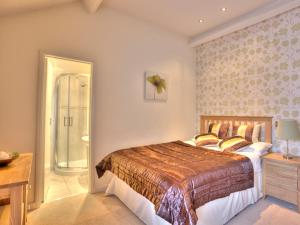 A bed or beds in a room at The Carlton