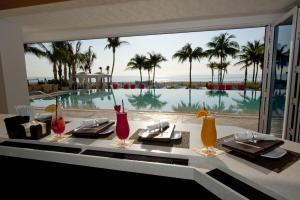 A restaurant or other place to eat at B Ocean Resort