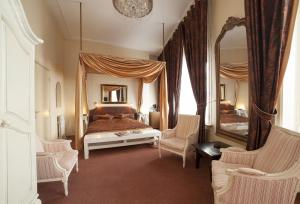 A bed or beds in a room at Hotel Dordrecht