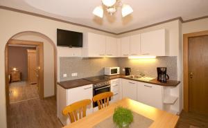 A kitchen or kitchenette at Landhaus Tyrol