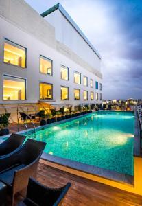 المسبح في Howard Johnson By Wyndham, Hebbal, Bengaluru أو بالجوار