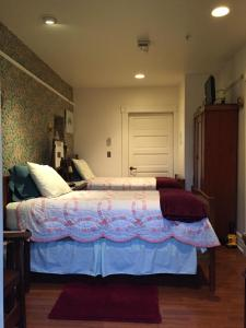 A bed or beds in a room at Alaska's Capital Inn Bed and Breakfast