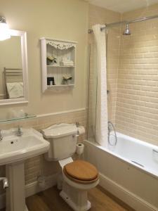 A bathroom at Trearddur Bay Hotel