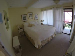 A bed or beds in a room at Hale-Hoola B & B