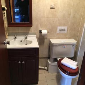 A bathroom at The Fullarton Park Hotel