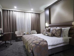 سرير أو أسرّة في غرفة في فندق يورو بارك