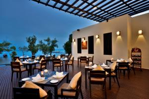 Un restaurante o sitio para comer en Bhu Nga Thani Resort & Spa - SHA Plus