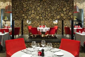 A restaurant or other place to eat at Hôtel Mont-Blanc Chamonix