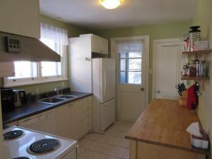A kitchen or kitchenette at B&B Le soleil nordique