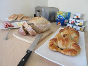 Breakfast options available to guests at B&B Le soleil nordique