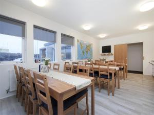 A restaurant or other place to eat at KEF Guesthouse by Keflavík airport