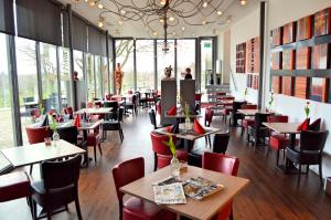 A restaurant or other place to eat at Hotel - Restaurant Uit De Kunst