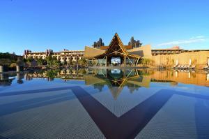 Het zwembad bij of vlak bij Lopesan Baobab Resort