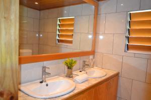 Un baño de Daku Resort Savusavu