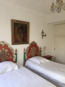 A bed or beds in a room at Hôtel des Templiers