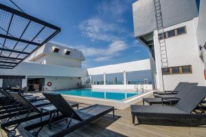 Der Swimmingpool an oder in der Nähe von Neo+ Penang