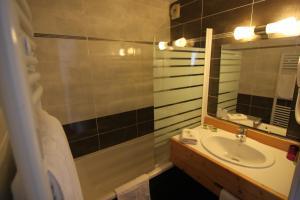 Salle de bains dans l'établissement Logis Hotel-Restaurant Spa Le Lac