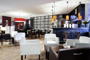 A restaurant or other place to eat at Novotel Ieper Centrum