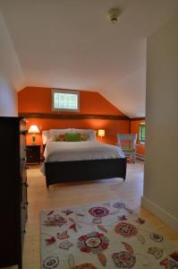 A bed or beds in a room at King Hill Inn & Kitchen