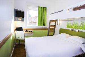 Een bed of bedden in een kamer bij ibis budget Antwerpen Centraal Station