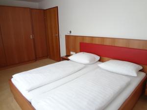Кровать или кровати в номере Hotel Bischof