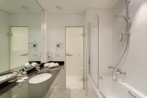 A bathroom at Hotel Sylter Hof Berlin Superior