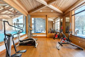 The fitness center and/or fitness facilities at Lagrange Vacances Le Hameau du Rocher Blanc