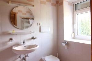 A bathroom at Apparthotel Germania