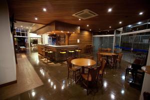 Um restaurante ou outro lugar para comer em Hotel Caiuá