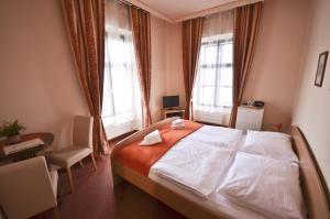 Кровать или кровати в номере Hotel Paradies