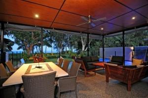 A restaurant or other place to eat at Bramston Beach - Luxury Holiday House