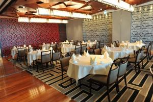 A restaurant or other place to eat at Nina Hotel Tsuen Wan West (Formerly L'hotel Nina et Convention Centre)