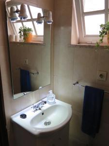 A bathroom at Aveiro Luz