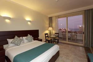 Een bed of bedden in een kamer bij The Three Corners Equinox Beach Resort