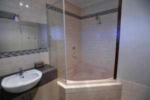 A bathroom at Ballarat Central City Motor Inn