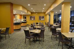 A restaurant or other place to eat at Chicago Lakeshore Hotel