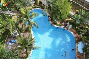 Uitzicht op het zwembad bij Rainbow Paradise Beach Resort of in de buurt