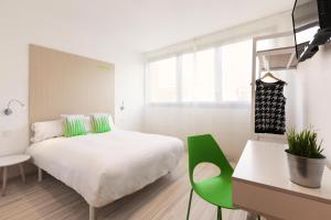 A bed or beds in a room at SmartRoom Barcelona